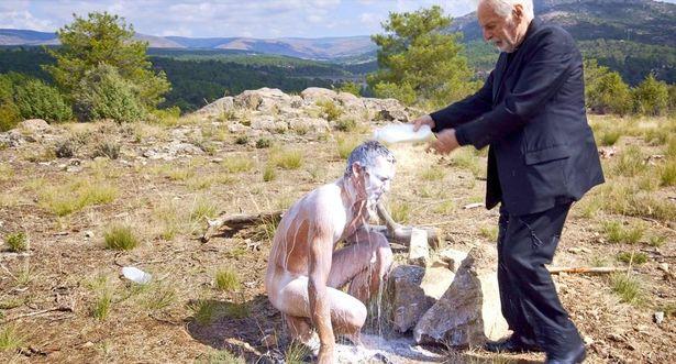 【写真を見る】全裸でミルクを浴びて真っ白に!?サイコマジックの全貌が明らかに(『ホドロフスキーのサイコマジック』)