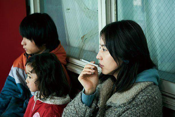 タバコを吸う姿もサマになる(『MOTHER マザー』)