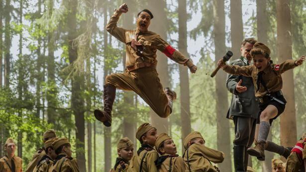 【写真を見る】ヒトラー役も務め躍動するタイカ・ワイティティ監督