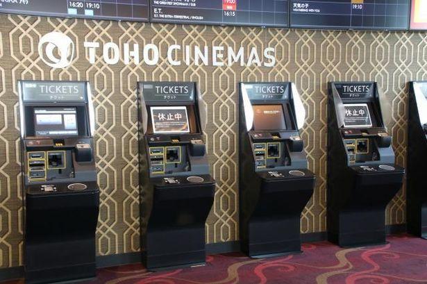 劇場ロビーの自動券売機、vit(R)は1台置きの稼働。約1.7メートルのソーシャルディスタンスを確保