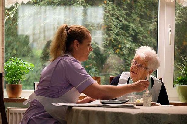 アビーはパートタイムの介護福祉士として、時間外まで1日中働いている