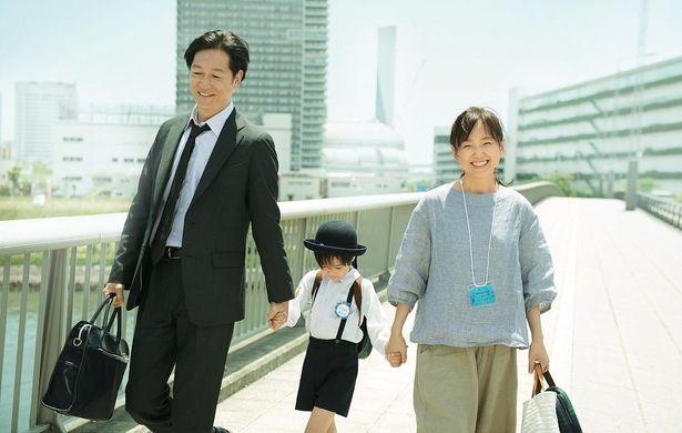 養子縁組で結ばれた息子と仲睦まじげに歩くシーン