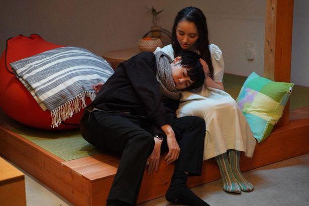 【写真を見る】声優、梶裕貴がひざ枕に癒される「ぴぷる~AIと結婚生活はじめました~」