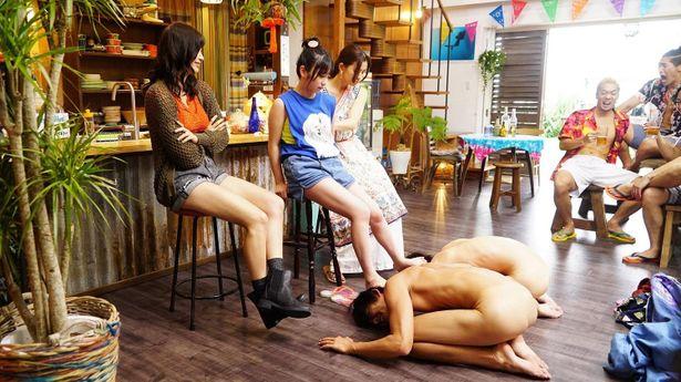 【写真を見る】ご褒美か…?乃木坂46・与田祐希が演じる千紗に、足蹴にされる裸の伊織と耕平
