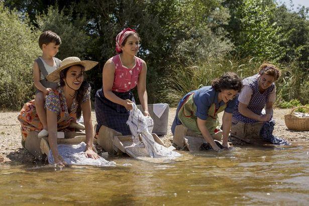 近所の主婦たちと川で楽しそうに洗濯!