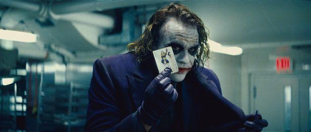 2008年、レジャーは急性薬物中毒により死去。その後公開された本作のジョーカー役で絶賛された