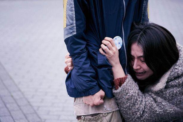 【写真を見る】泣きながら息子にしがみつく長澤まさみ演じる秋子