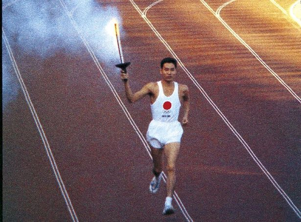 【写真を見る】聖火ランナーの躍動感が伝わってくる印象的なシーン