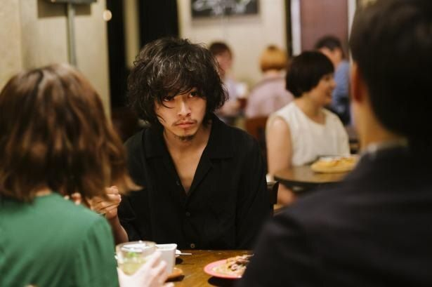 友人と立ち上げた「劇団おろか」で脚本と演出を担当している永田(山崎賢人)