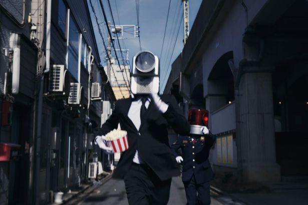 【写真を見る】ポップコーン片手に街中を疾走するカメラ男