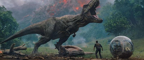 島の火山噴火が迫り、恐竜たちが絶滅の危機に陥る(『ジュラシック・ワールド/炎の王国』)