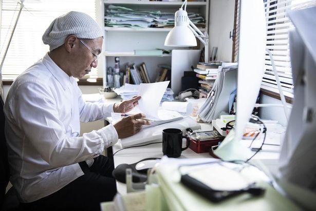 【写真を見る】「⽇本沈没2020」の作品制作に臨む湯浅政明監督のメイキングカット