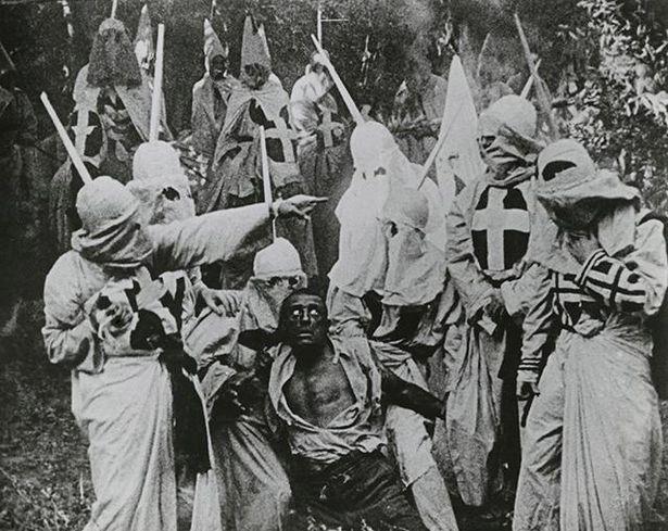 【写真を見る】人種差別的な描き方に公開当時から激しい抗議の声が上がった『國民の創生』