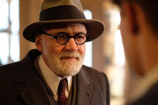 【写真を見る】名優ブルーノ・ガンツ演じるフロイト教授のやさしい眼差し