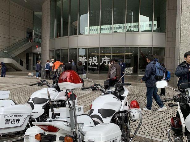 都庁前広場に警察車両を搬入