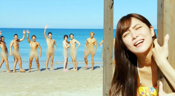 【写真を見る】浜辺を全裸の男たちがかけ回る!