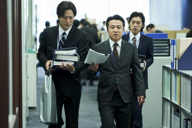 厚生労働省で働く若手官僚の鷹野を、浅香航大が演じる