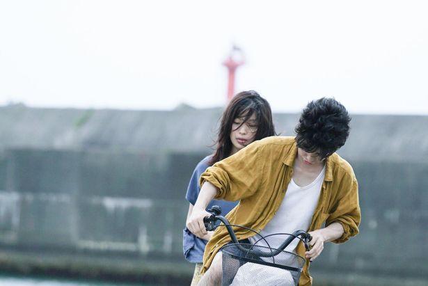 【写真を見る】ある事件をきっかけに、翔太とタカラは逃避行をはじめる(『ソワレ』)