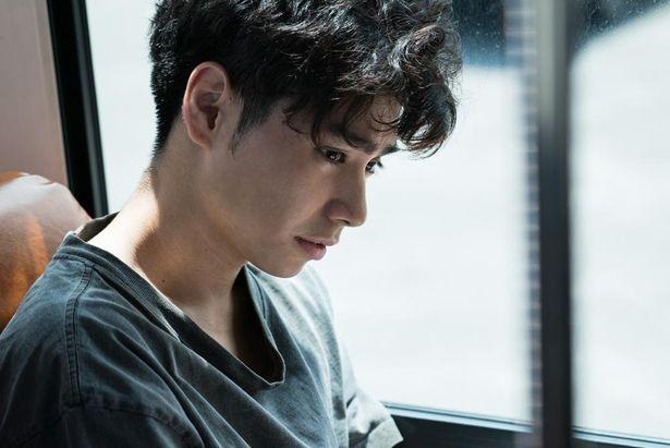 村上虹郎は、『花なれや』(17)に続いて外山監督作品に出演
