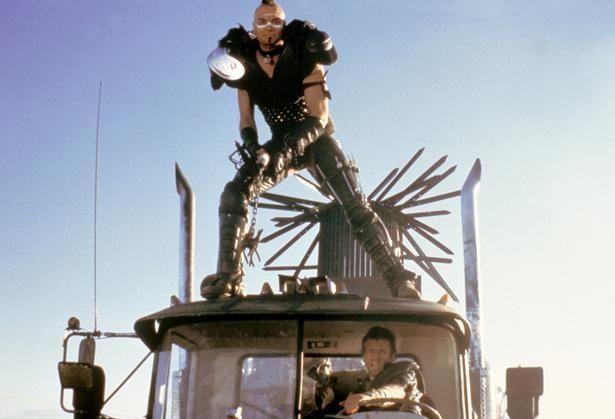 モヒカン頭で鮮烈な印象を残した暴走族ウェズは、今も人気の悪役キャラクターだ(『マッドマックス2』)