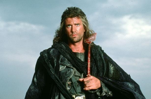 長髪姿のマックスは、今作では救世主的な役割を担う(『マッドマックス/サンダードーム』)