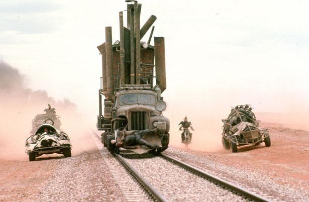 高速機関車と暴走車両のカーバトルはやっぱりスゴイ(『マッドマックス/サンダードーム』)