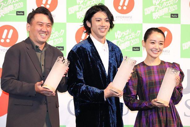 【写真を見る】女優部門受賞の奈緒はチェック柄のドレスで登場!