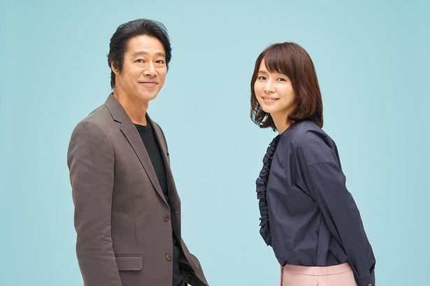 堤真一と石田ゆり子、ほがらかな笑顔を見せる!