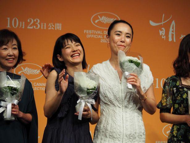 少女ひかりを演じた蒔田彩珠と河瀨直美監督、感慨深げに笑顔でパチリ!