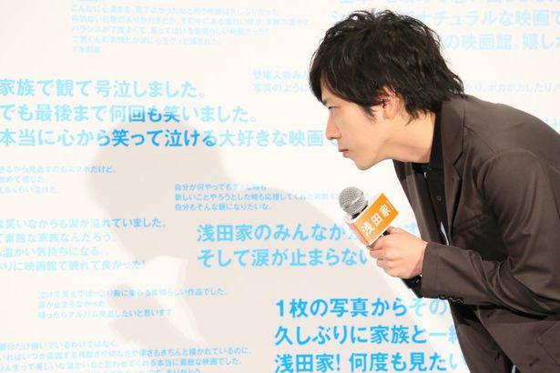【写真を見る】二宮和也、観客のコメントが書かれた特大パネルボードを見て感激!