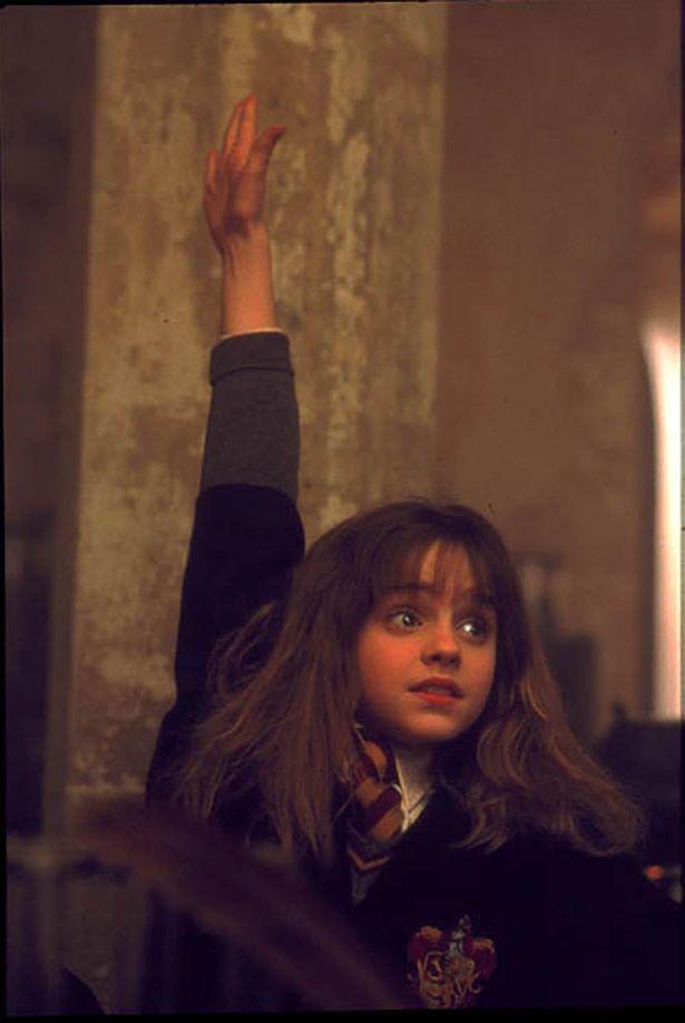 【写真を見る】ハイッと挙手する姿がかわいすぎ…『ハリー・ポッターと賢者の石』で映画デビューしたエマ・ワトソンの活躍をプレイバック!