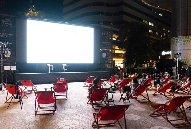 「HIBIYA CINEMA FESTIVAL2020」の屋外上映が東京ミッドタウン日比谷ステップ広場で開催されている