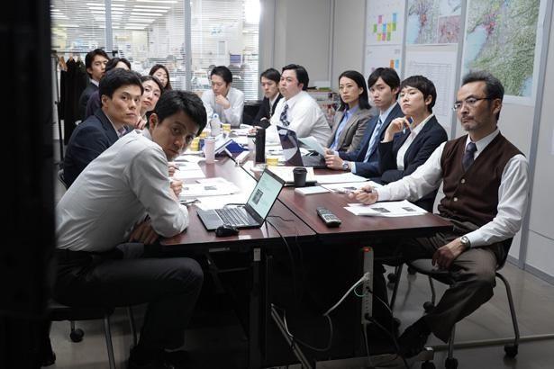 「ギンガ・萬堂事件」の記事を出すため、記者たちが結集する