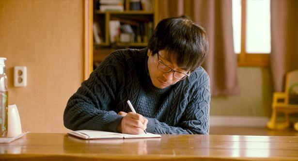 【写真を見る】ひらめきを失くした詩人の奮闘ぶりをヤン・イクチュンが好演!(『詩人の恋』)