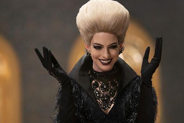 大魔女の邪悪さがひと目でわかる黒メイクは、これまでのアン・ハサウェイのイメージを一新!