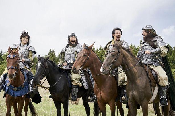 左から、趙雲、張飛、劉備、関羽の仲良し4人組