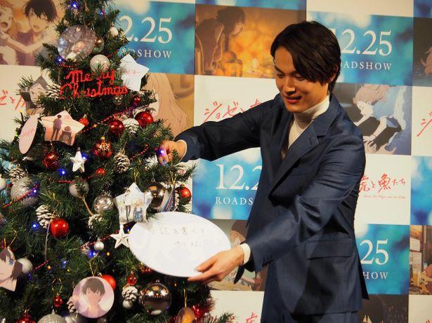 """""""来年新しく挑戦したいこと""""を書いたオーナメントをツリーに飾り付け!"""
