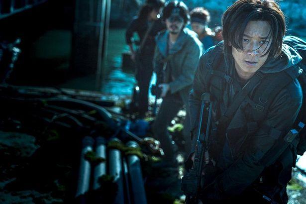元軍人のジョンソク(カン・ドンウォン)ら生存者チームが、大金を求めてゾンビの巣窟と化した母国へ帰還