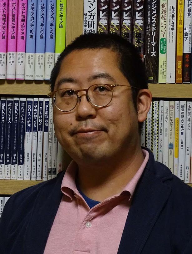 【写真を見る】近畿大学で「ゾンビ学」を教える岡本健准教授。近著に「大学で学ぶゾンビ学」(扶桑社刊)などがある。