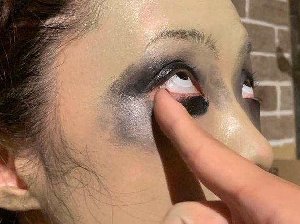目の窪みを作る