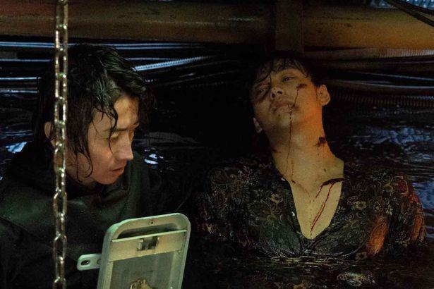 【写真を見る】傷だらけの竹内涼真を助けようとする藤原竜也。9時間も水に浸かって撮影!
