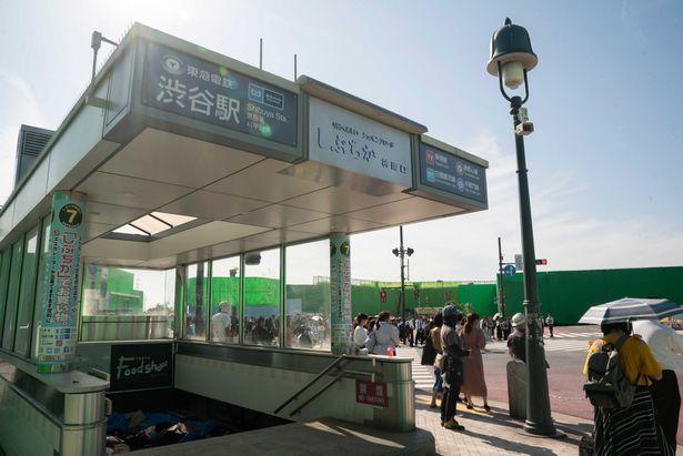 【写真を見る】見分けがつかない…渋谷駅を超巨大セットで完全再現!「今際の国のアリス」の舞台裏