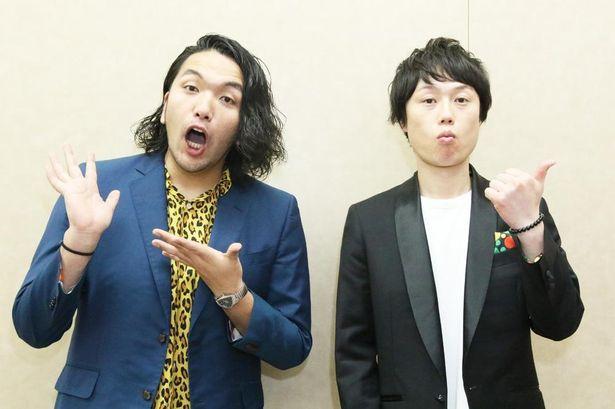 恒夫のバイト先の西田店長を演じた盛山晋太郎(左)と駅員役のリリー(右)