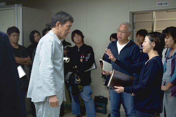 【写真を見る】『すばらしき世界』の撮影風景。17歳当時の西川監督に衝撃を与えた役所の主演ドラマとは?