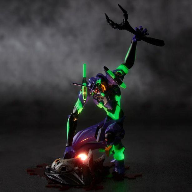LED発光ギミックや蛍光塗料によって暗闇でも映える!(「EVANGELION EVOLUTION EV-001S エヴァンゲリオン初号機 新パッケージ版」)