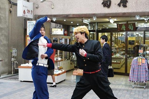 【写真を見る】カットの声がかかってもじゃれ合う賀来賢人と仲野太賀