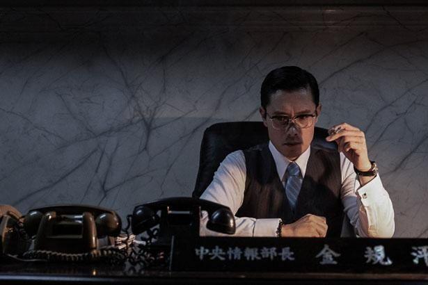 【写真を見る】イ・ビョンホンが、愛国心と大統領への忠誠心の狭間で揺れるキム部長を演じる(『KCIA  南山の部長たち』)