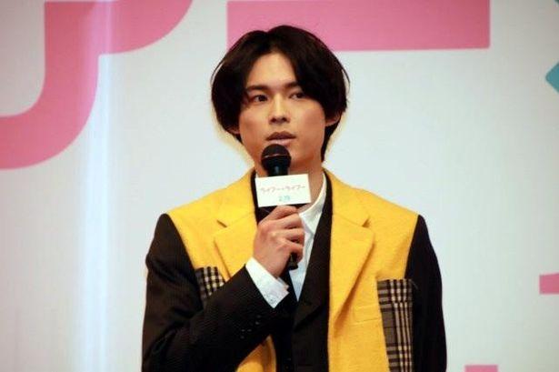 【写真を見る】主演を務めた松村北斗が奇抜なファッションで登壇