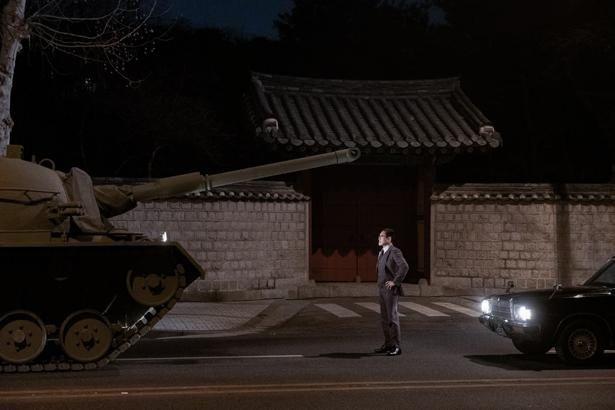 キム部長が大統領殺害に至るまでの過程を緊迫感たっぷりに描き出す(『KCIA  南山の部長たち』)