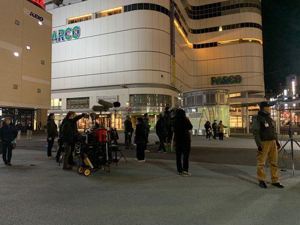 麦と絹の定番の待ち合わせスポットである調布駅前広場で撮影
